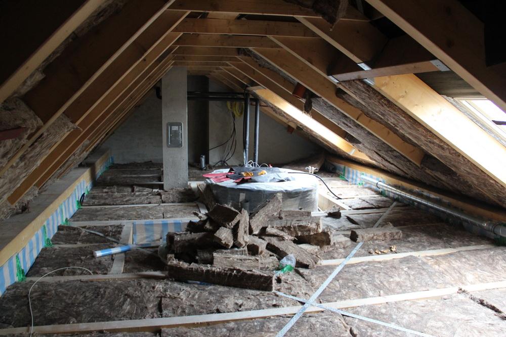 das dach wird ged mmt ein energieautarkes haus entsteht. Black Bedroom Furniture Sets. Home Design Ideas
